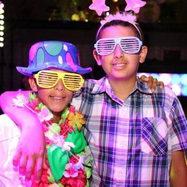 תמונה של 2 ילדים במועדון לאירועים