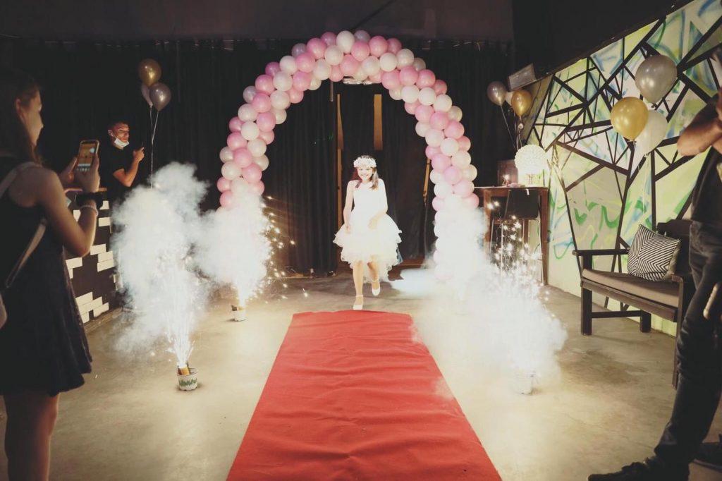 כניסה לבת מצווה במועדון הפאזל עם בלונים ושטיח אדום